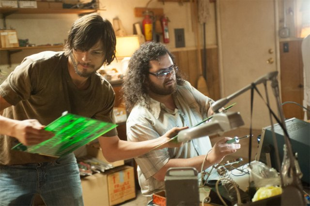 Ashton-Kutcher-and-Josh-Gad-in-jOBS-2013-Movie-Image-2